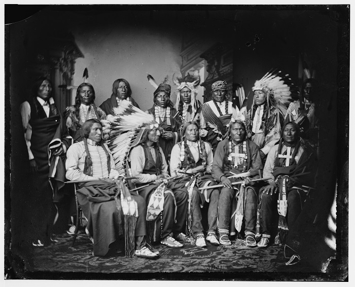 Chefs Lakota (entre 1865 et 80) Debout - Red Bear, Young Man Afraid of his Horse, Good Voice, Ring Thunder, Iron Crow, White Tail, Young Spotted Tail. Assis - Yellow Bear, Red Cloud, Big Road, Little Wound, Black Crow